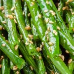 Air fryer green beans recipe. Green beans with soy and Sriracha sauces fried in an air fryer. Easy and healthy. #airfreyr #vegetarian #vegan #dinner #healthy #easy